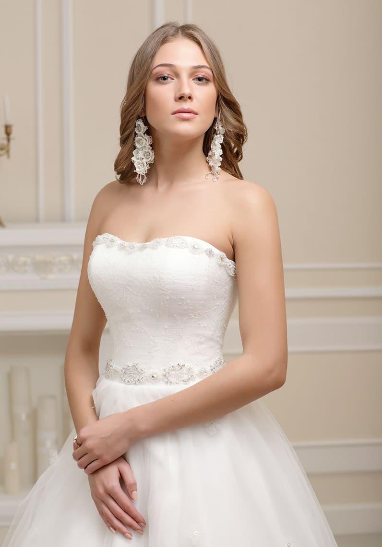 Деликатное свадебное платье с изысканным кроем корсета и сдержанным декором верха.