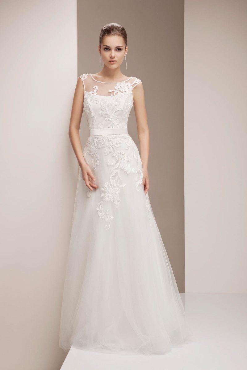Изящное свадебное платье силуэта «трапеция», декорированное крупным кружевным узором.