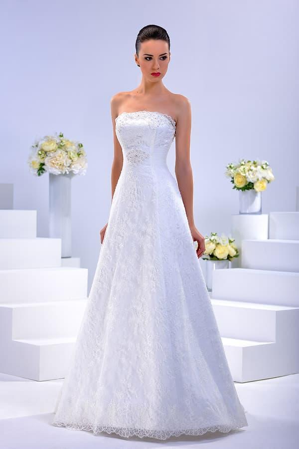 Атласное свадебное платье в лаконичном стиле, украшенное тонкой тканью.
