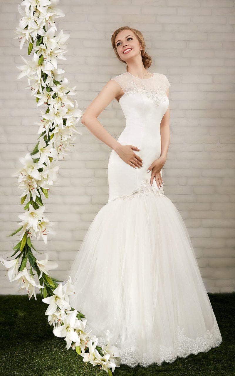 Изящное свадебное платье «рыбка» с открытой спинкой и закрытым тонкой вставкой лифом.