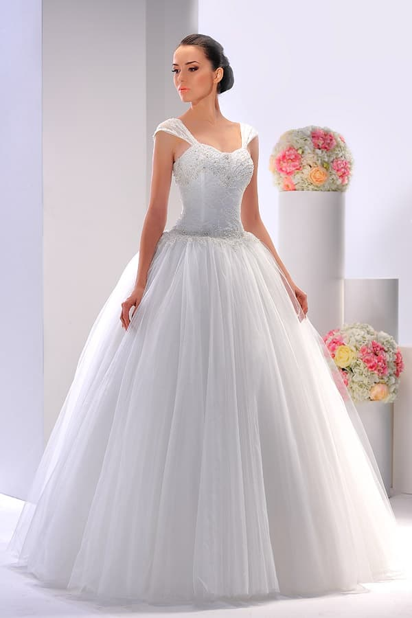 Пышное свадебное платье с широкими бретелями и вышивкой на открытом корсете.