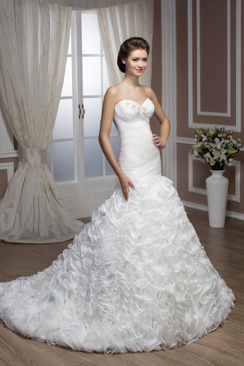 Облегающее свадебное платье с кокетливым декором юбки кроя «русалка».