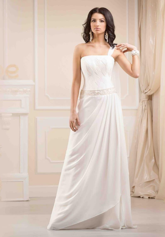 Лаконичное свадебное платье в ампирном стиле, с юбкой прямого кроя и асимметричным верхом.