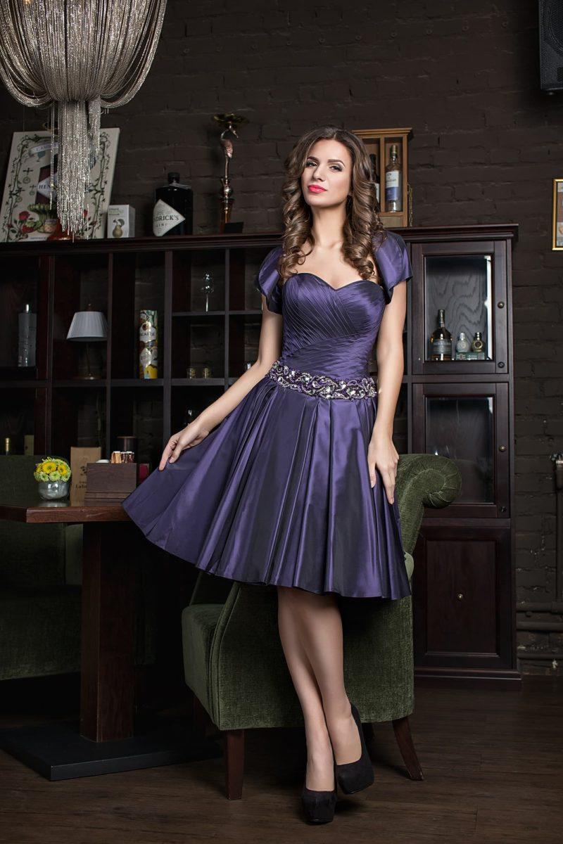 Эффектное вечернее платье из сиреневого атласа с юбкой в складку.
