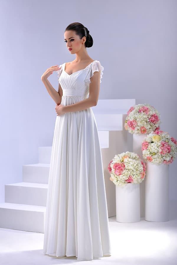 Изящное свадебное платье с прямой юбкой и коротким рукавом с оборками.