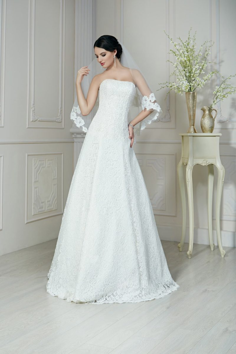 Великолепное свадебное платье в классическом стиле, с деликатным лифом и юбкой «трапеция».