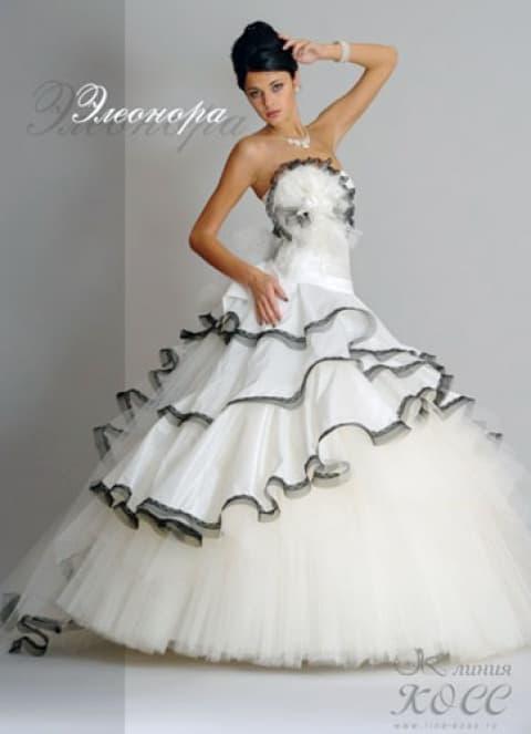 Пышное свадебное платье с черным декором корсета и подола.