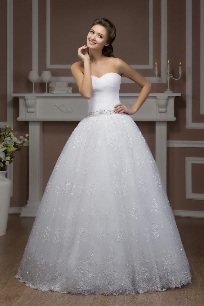 Свадебное платье с лаконичным открытым корсетом и поясом, украшенным бисером.