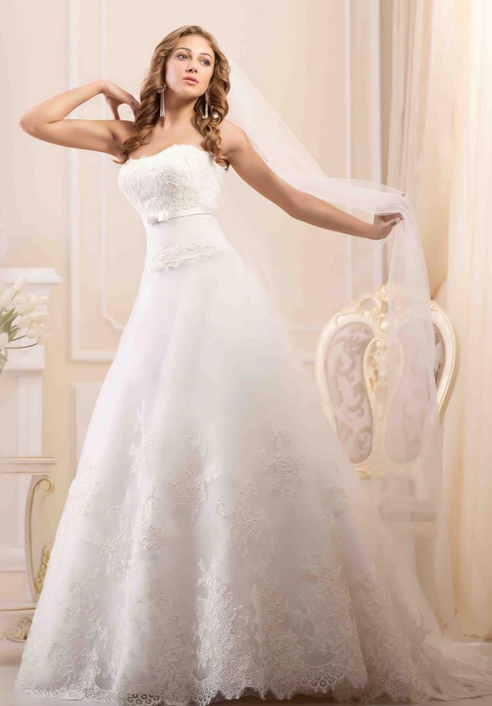 Свадебное платье с открытым корсетом, покрытым кружевом, и юбкой силуэта «принцесса».