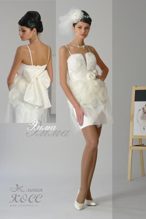 Короткое свадебное платье с пышной отделкой юбки и бретельками-спагетти.