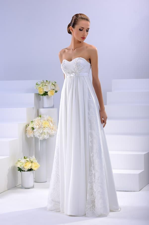 Ампирное свадебное платье, покрытое объемной вышивкой по открытому лифу.