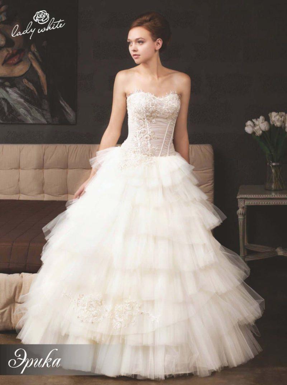 Открытое свадебное платье с фактурным открытым корсетом.