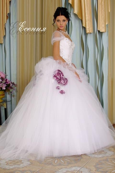 Роскошное свадебное платье пышного кроя с фиолетовыми бутонами по подолу.