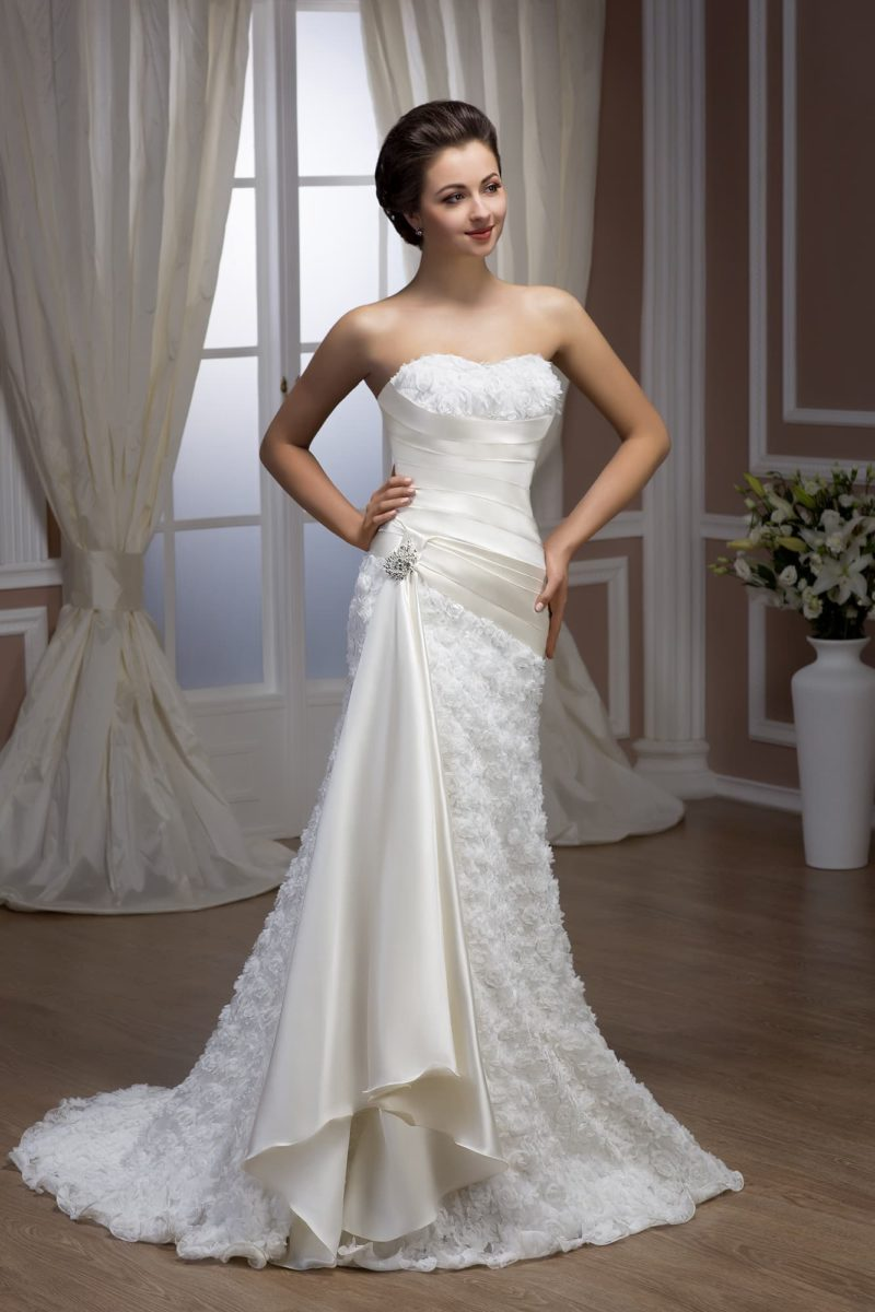Эксцентричное свадебное платье «рыбка» с роскошными атласными драпировками по талии.