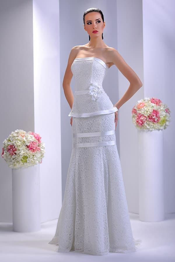 Необычное свадебное платье прямого кроя с атласной отделкой и лаконичным лифом.