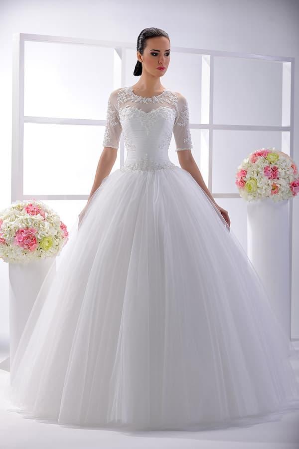Закрытое свадебное платье с вышивкой на рукавах до локтя и пышной юбкой.