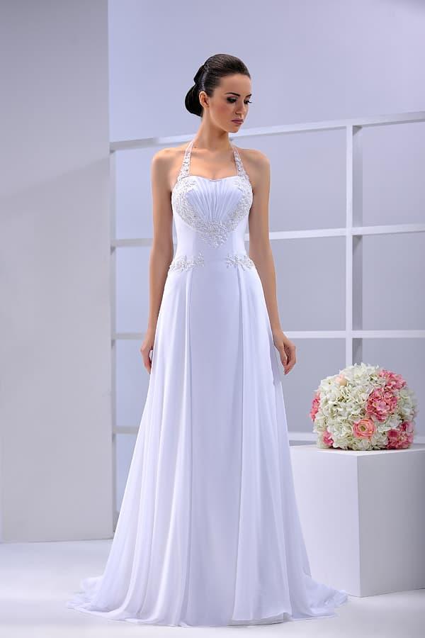 Прямое свадебное платье с двойной юбкой со шлейфом, украшенное вышивкой.