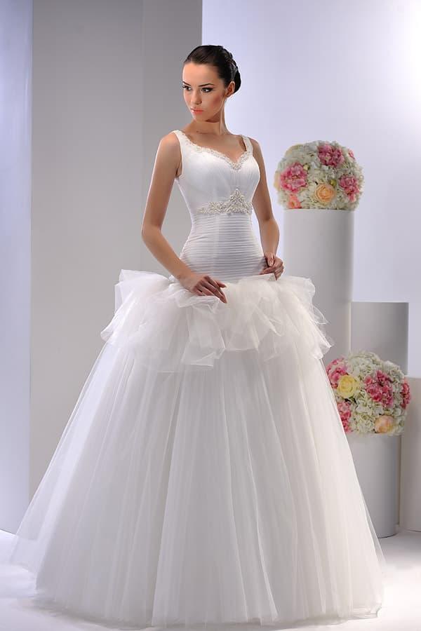 Романтичное свадебное платье с атласным корсетом и юбкой, покрытой волнами ткани.
