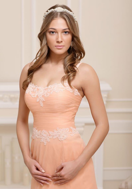 Необычное свадебное платье прямого кроя с открытым лифом в форме сердца, выполненное в персиковом цвете.