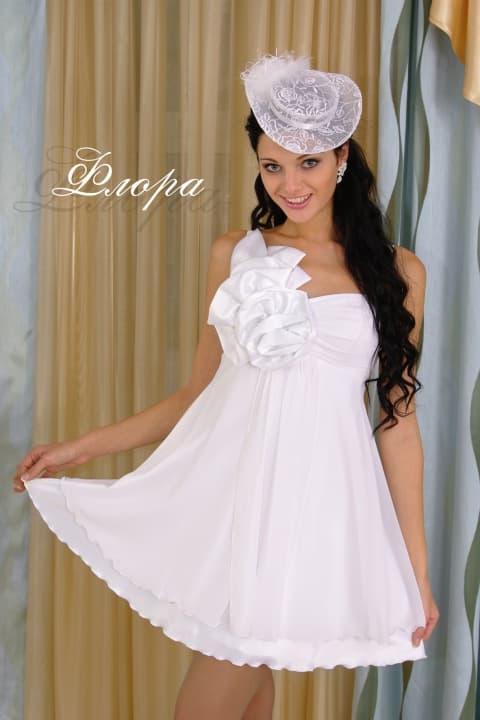 Короткое свадебное платье с открытым лифом и пышным бутоном.