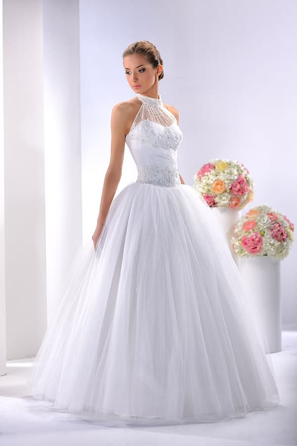 Пышное свадебное платье с американской проймой на полупрозрачном лифе.