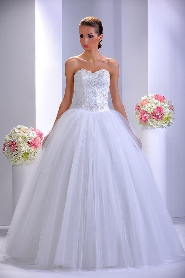 Торжественное свадебное платье с сияющим открытым корсетом с цветочным узором.