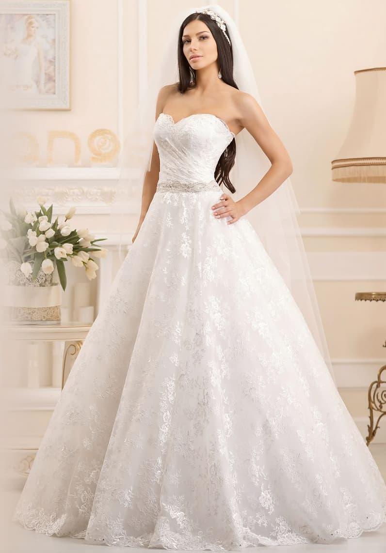 Романтичное свадебное платье воздушного кроя с открытым лифом и нежным кружевным декором.