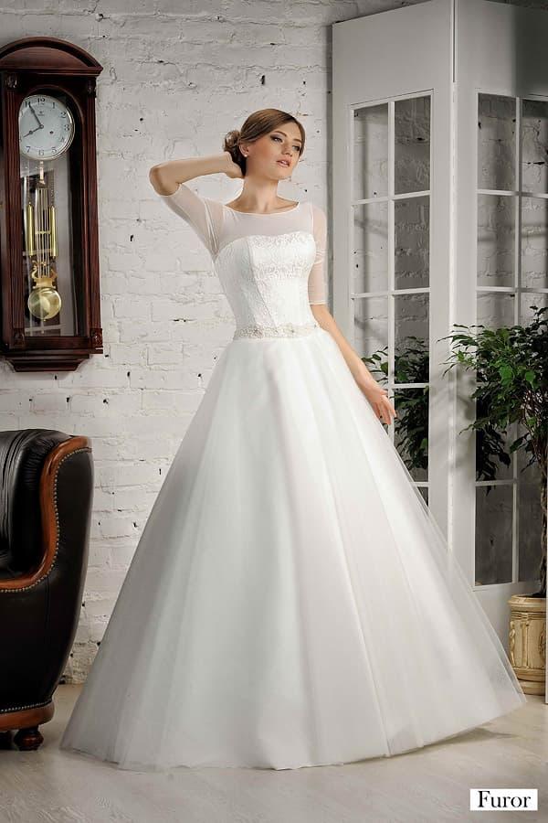 Свадебное платье с элегантным атласным корсетом под тонкой тканью и пышным низом.
