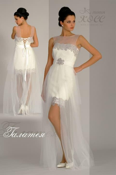 Короткое свадебное платье с прозрачной верхней юбкой и серебристой вышивкой.