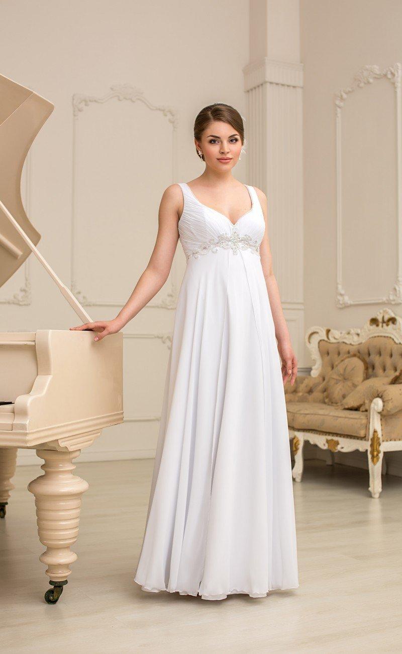 Ампирное свадебное платье с женственным вырезом и завышенной талией, выделенной бисером.