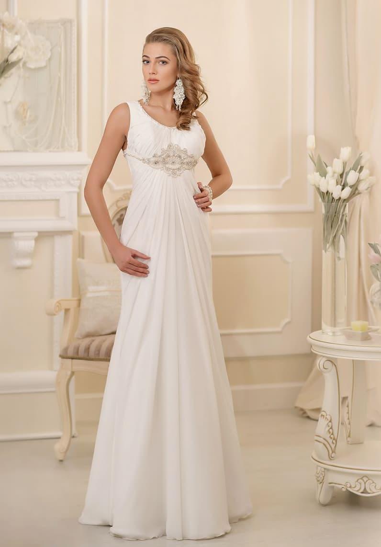 Ампирное свадебное платье с округлым вырезом декольте и сверкающей бисерной вышивкой на талии.