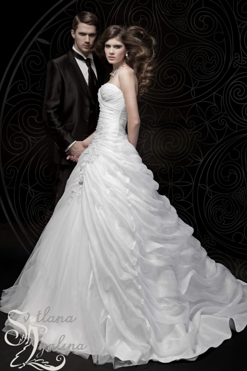 Роскошное свадебное платье пышного силуэта с лифом в форме сердца.
