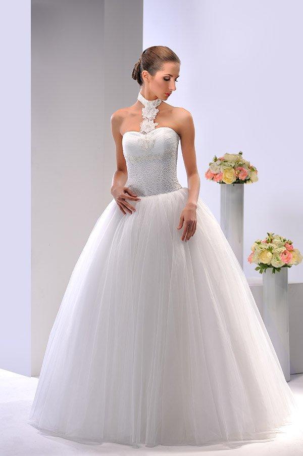 Пышное свадебное платье с кружевным декором и необычным воротником на шее.