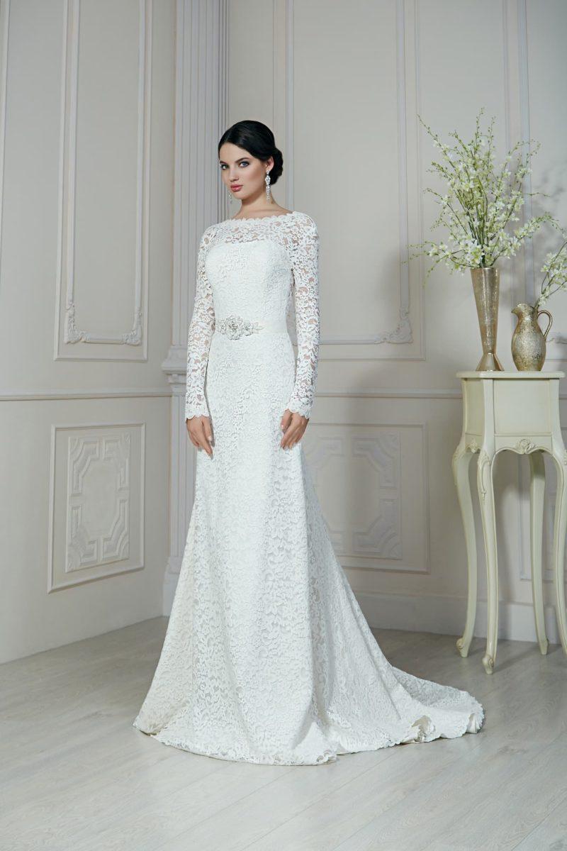Нежное свадебное платье прямого кроя с отделкой плотным кружевом и стильным вырезом сзади.