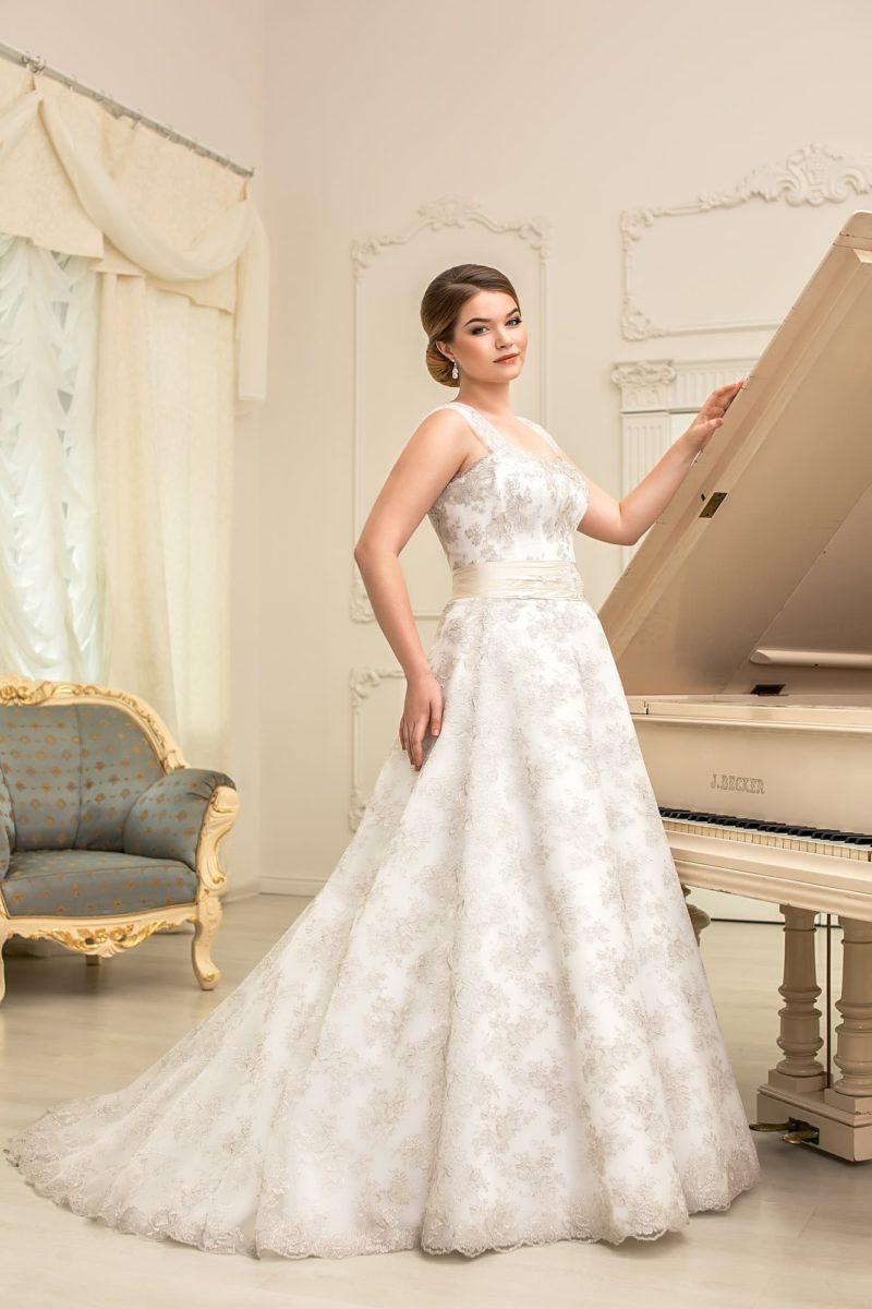 Свадебное платье «принцесса» с кружевным декором и широким атласным поясом на талии.