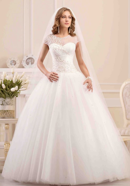 Пышное свадебное платье с полупрозрачным декором лифа и вышивкой по корсету.