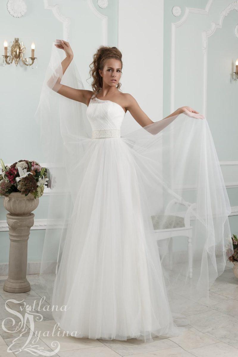 Пышное свадебное платье с асимметричным лифом и широким поясом.