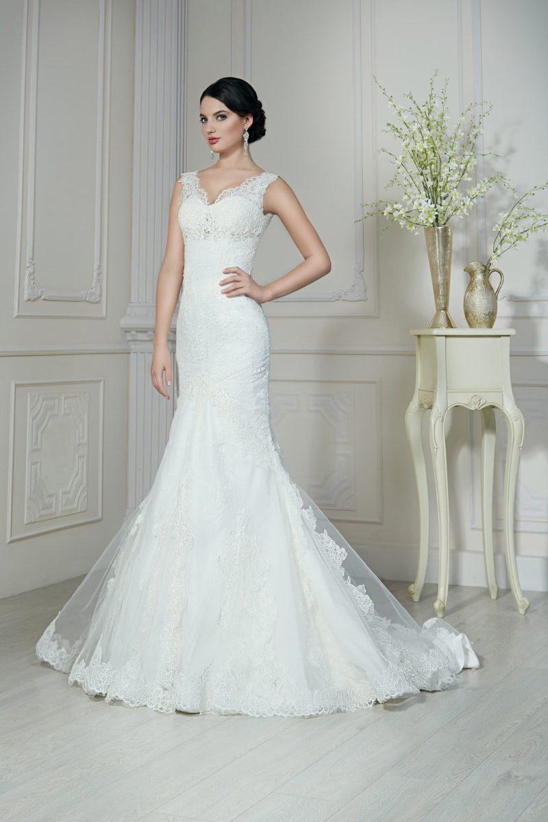 Свадебное платье «рыбка» со стильным кружевным V-образным декольте с широкими бретелями.