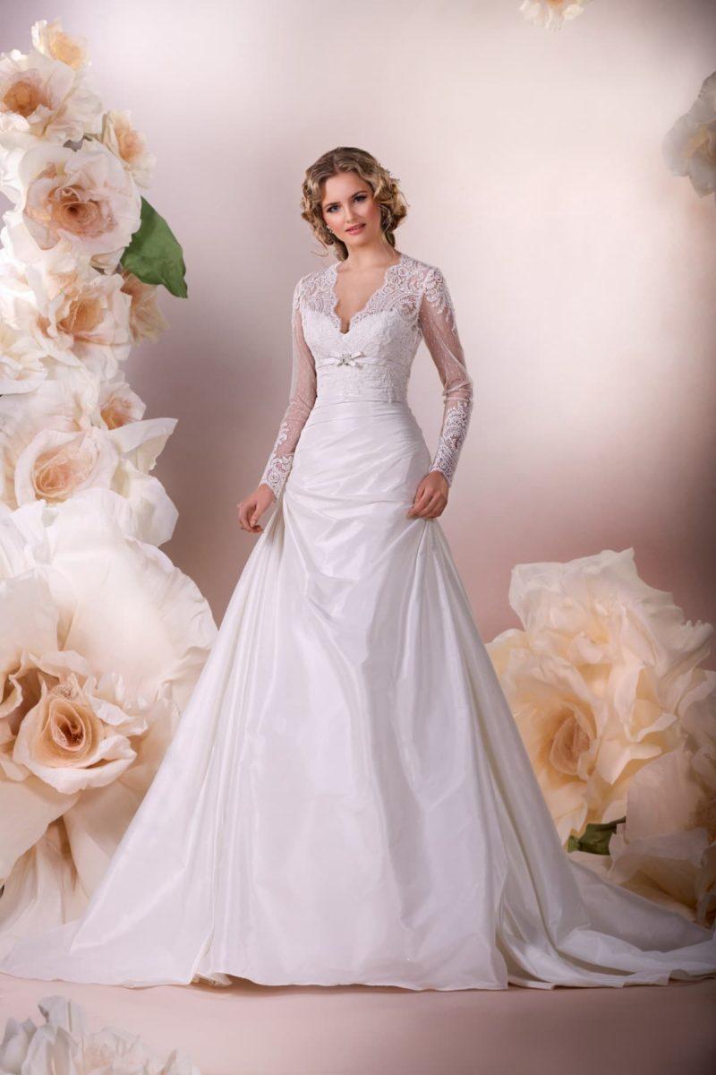 Закрытое свадебное платье «принцесса» с V-образным вырезом и облегающими рукавами.