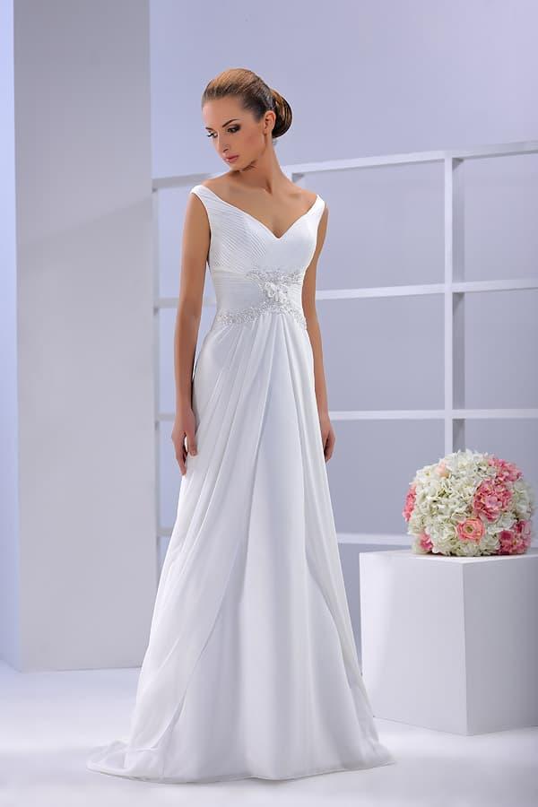 Прямое свадебное платье с эффектным V-образным лифом с узкими бретелями.