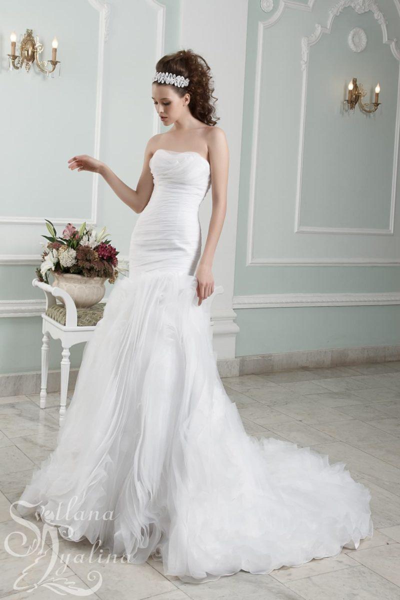 Открытое свадебное платье с заниженной линией талии и объемным декором.