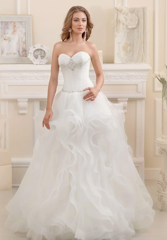 Свадебное платье с нежными оборками по подолу и открытым корсетом с лифом-сердечком.