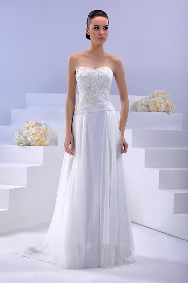 Открытое свадебное платье с декольте в форме сердца и юбкой прямого кроя из шифона.