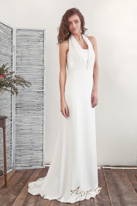 Прямое свадебное платье с бретелью-халтер и элегантным поясом.