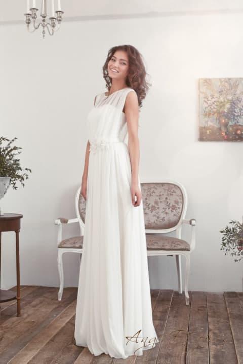 Прямое свадебное платье с полупрозрачным верхом и бутоном на талии.