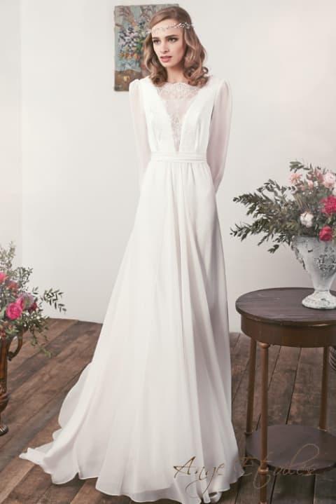 Оригинальное свадебное платье с длинным рукавом и шнуровкой на спине.