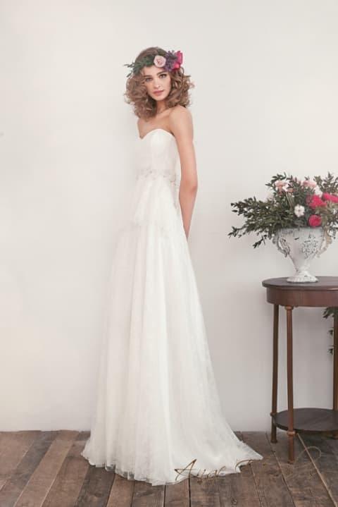 Ампирное свадебное платье с романтичным шлейфом сзади.