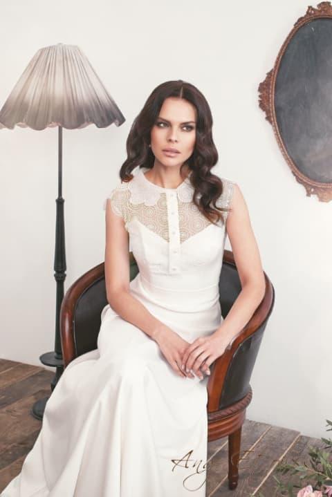 Прямое свадебное платье с кружевной вставкой над лифом и фигурным воротником.