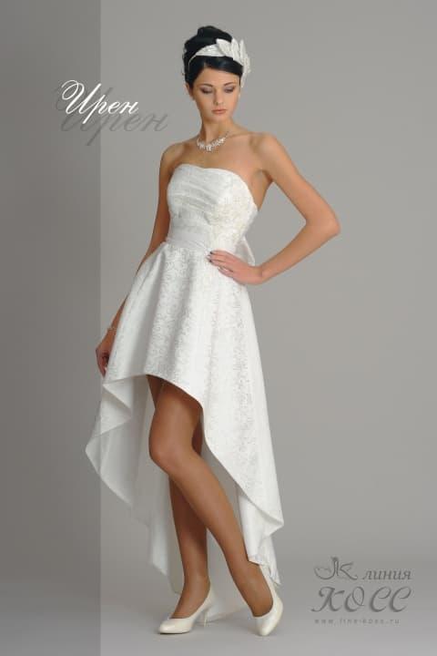 Свадебное платье с лифом прямого кроя и укороченным спереди подолом.