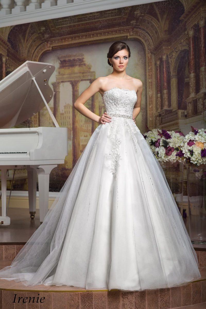 Глянцевое свадебное платье А-кроя с открытым корсетом, покрытым фактурной вышивкой.